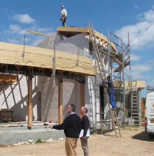 Maison organique en Vendée : Vue chantier: Structure mixte béton cellulaire et bois