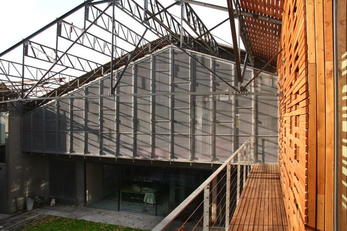 Transformation d'une usine : brises soleil acier bois LOT B